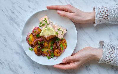 Pečené brambory na kyselo, losos v papilotě s jogurtovo- bylinkovým dresingem