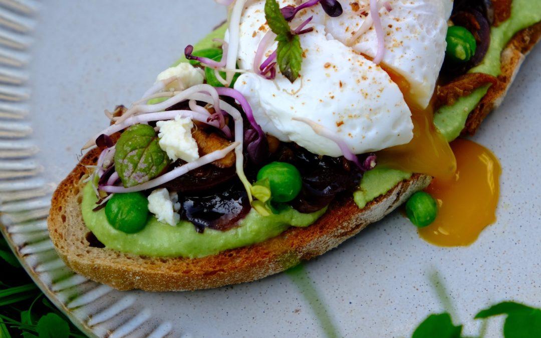 Chlebík s hráškovou pomazánkou, sladkokyselou cibulkou a pošírovaným vejcem