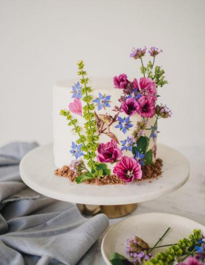 Odlehčený dort s jedlými květy