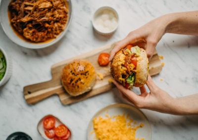 Burger s trhaným vepřovým v BBQ omáčce