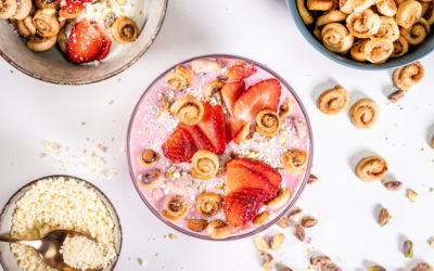 Snídaňoví skořicoví šneci s jahodovým milkshakem a medovým jogurtem
